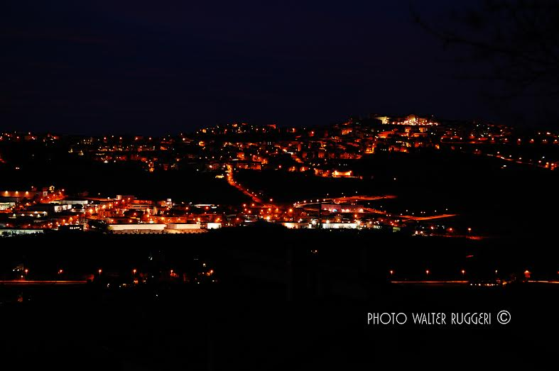 monte urano di notte.